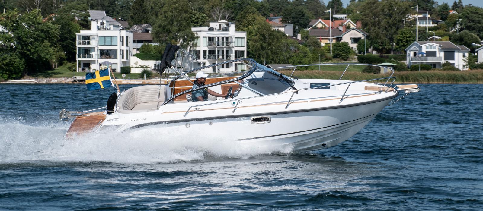 Aquador 25 dc med Mercury V6-4,5L, 250 hästare hos Flipper Marin