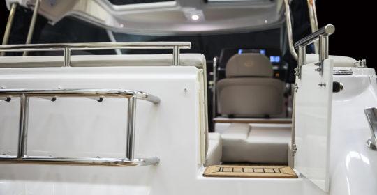 Aquador 25 HT Väkommen ombord genom den smarta dörren i aktern.