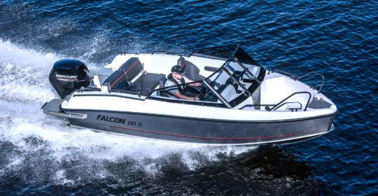 Falcon BR5 med Mercury 80 hästars fyrtaktare, med en kille på väg ut att fiska