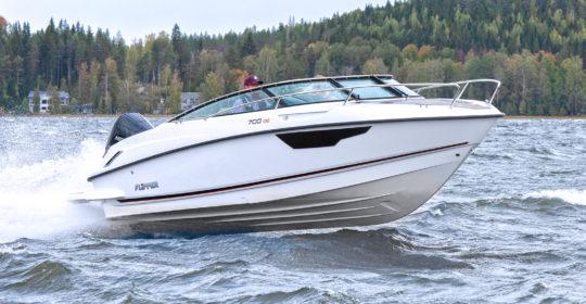 Flipper 700 DC flyger fram över vattnet