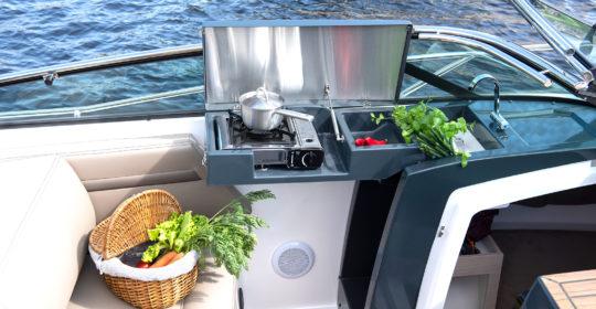 Pentry med kokplatta, diskho och kylskåp i Flipper 800 DC