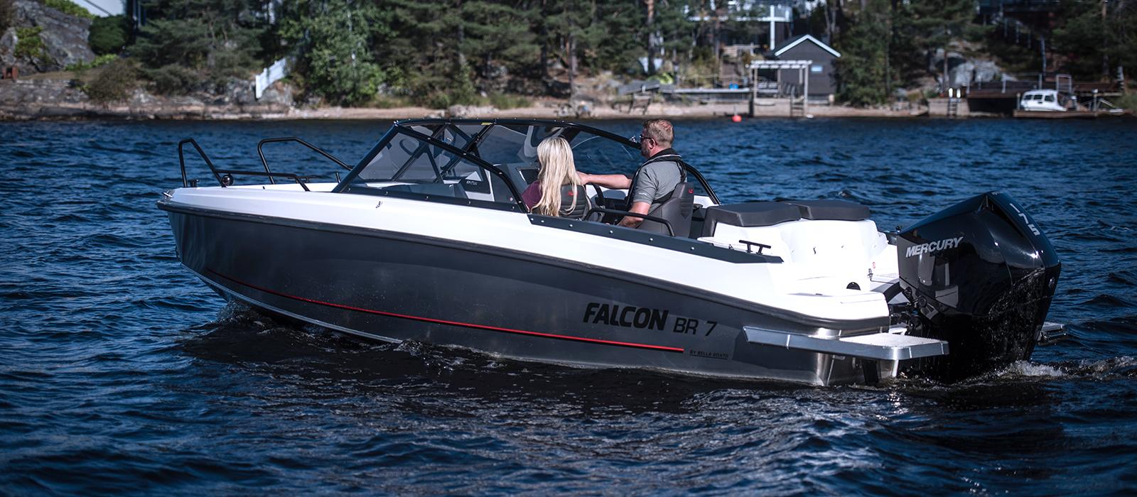Ett par är ute i sin Falcon BR7 när det är soligt väder, se Falcon hos Flipper Marin