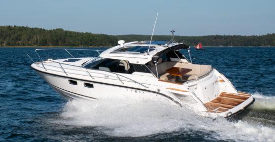 Aquador 28 HT med Mercury V6 diesel inombordare