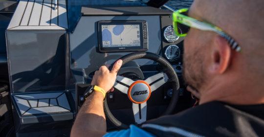En kille kör Bella 640 DC och navigerar med sin GPS