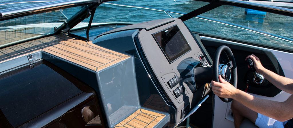 Ny instrumentpanel i Flipper 800 DC med flushmonterad Simrad GPS