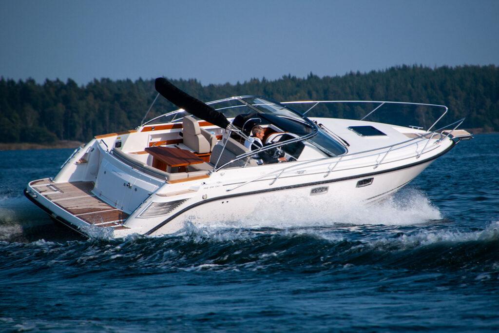 Aquador 28 dc med Mercury MD 3.0L-270 hk - provkör motorbåt hos Flipper Marin