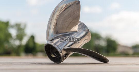 Här visar vi hur man byter en Mercury propeller på en utombordare