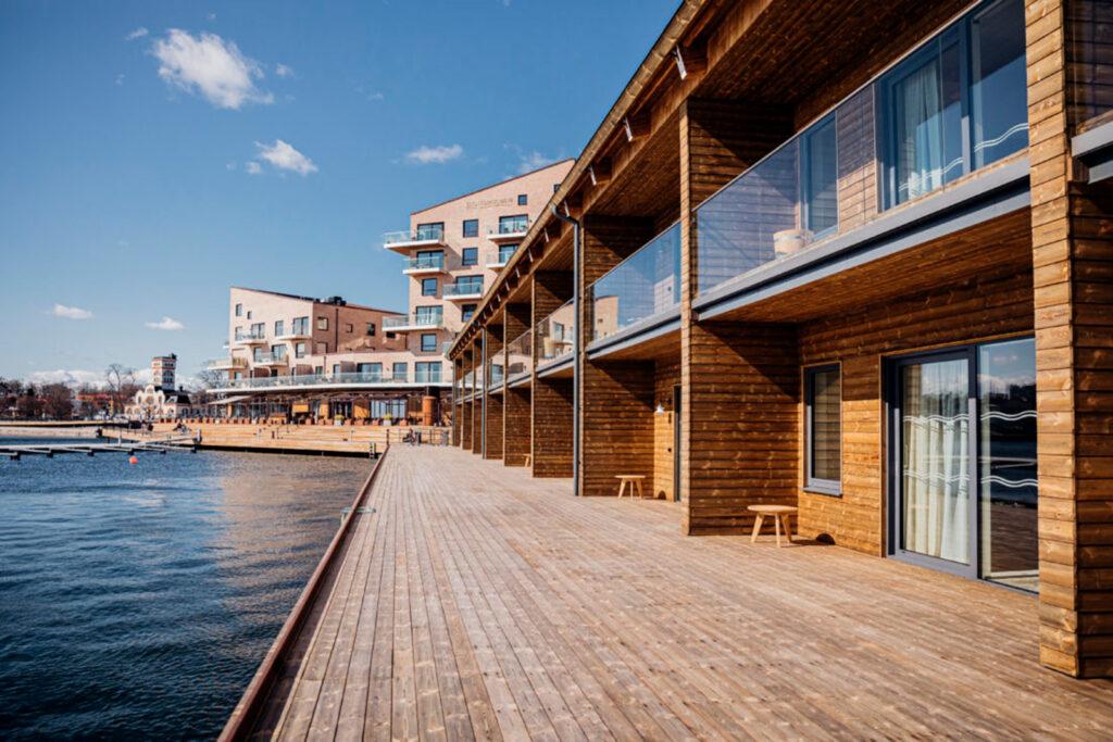 En nykomponerad gästhamn i Västervik med många gästplatser, hotell, restaurang komponerat av  Björn Ulveaus.
