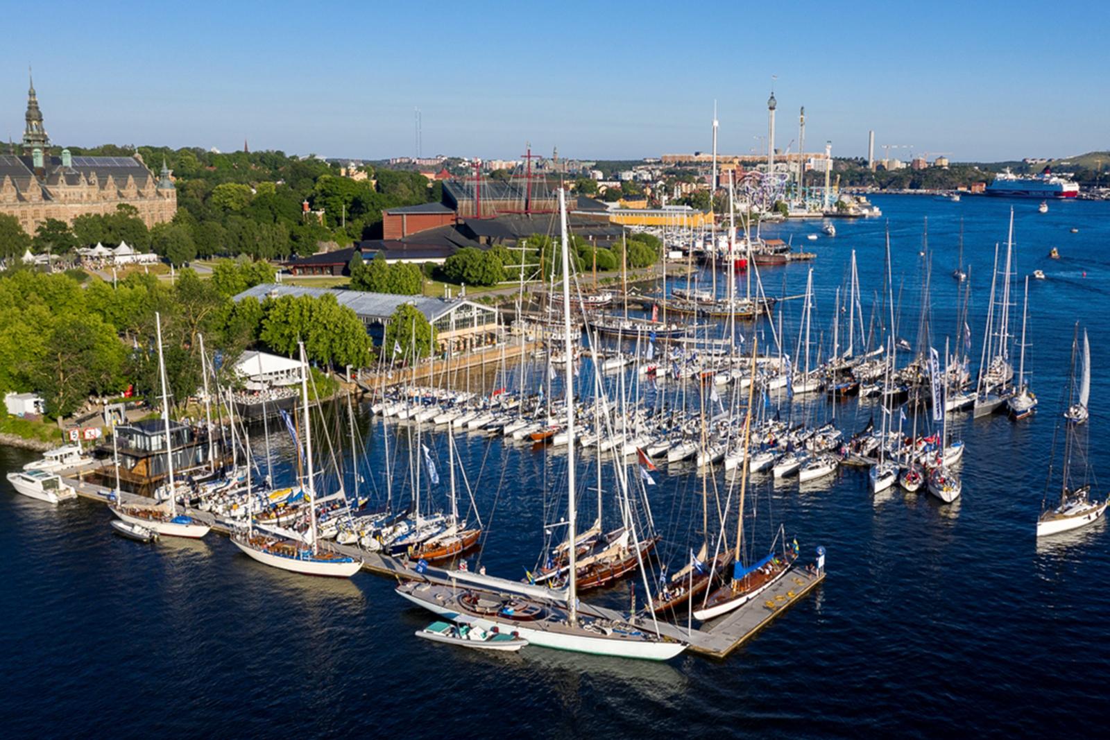 Flytande båtmässa på Djurgården mitt i Stockholm